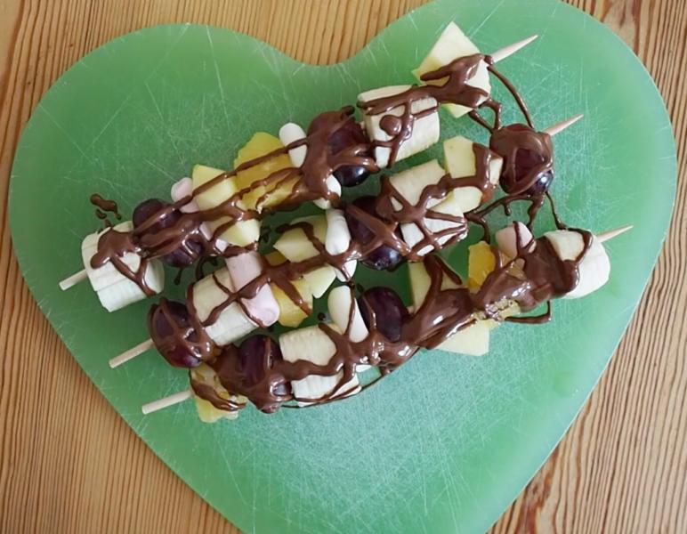 Obstspieße mit Schokolade überzogen Fingerfood für Senioren