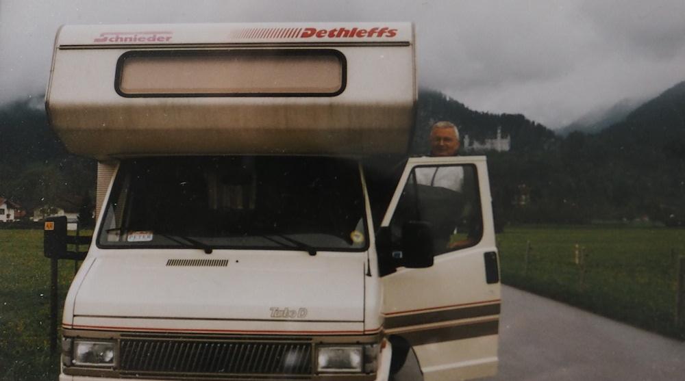 Ein Foto von früher zeigt Peter mit Wohnmobil in Bayern