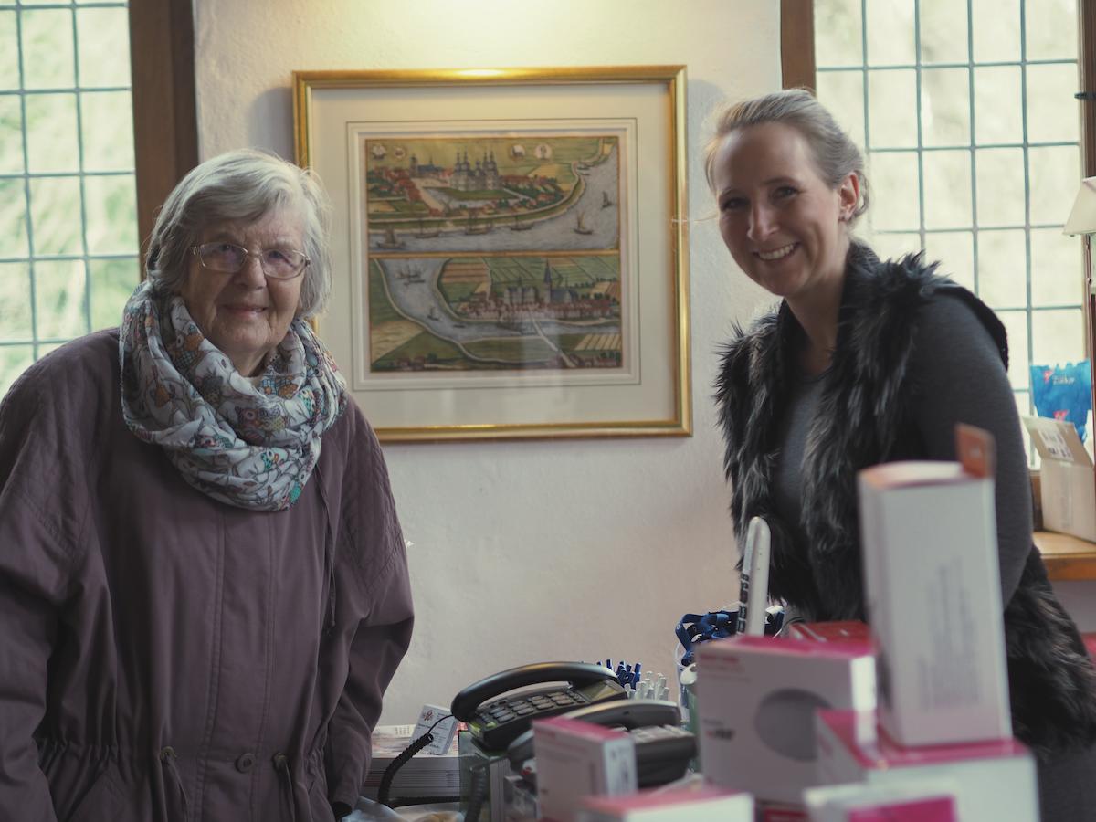Meine Oma mit Sabrina Kleinfeld, der Leiterin des Telefonladens Glinde