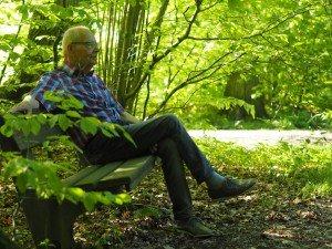 Umzug ins Pflegeheim – Uwe sitzt auf einer Bank