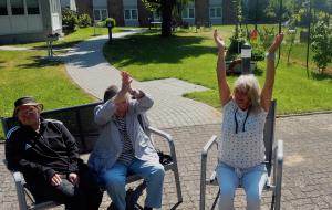 Betreuungsgruppe für Menschen mit Demenz: Aktivierung im Garten