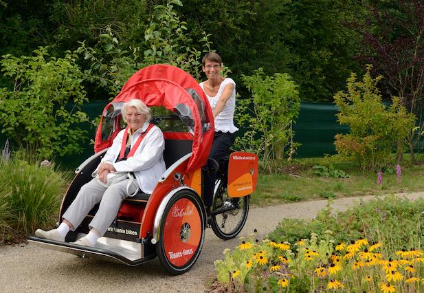 Die Heimleiterin des Tobias-Hauses Christine Berg auf der Fahrradrikscha des Pflegeheims