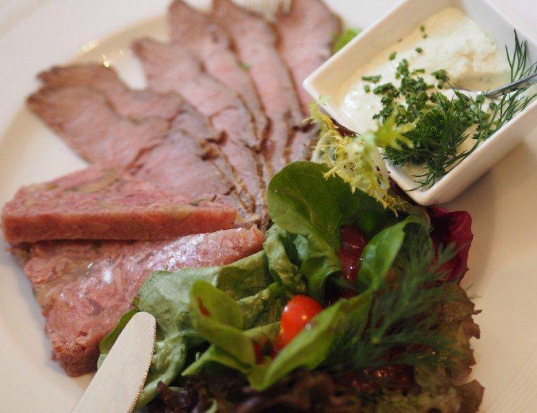 Ernährung im Alter – Seniorenteller mit viel Fleisch