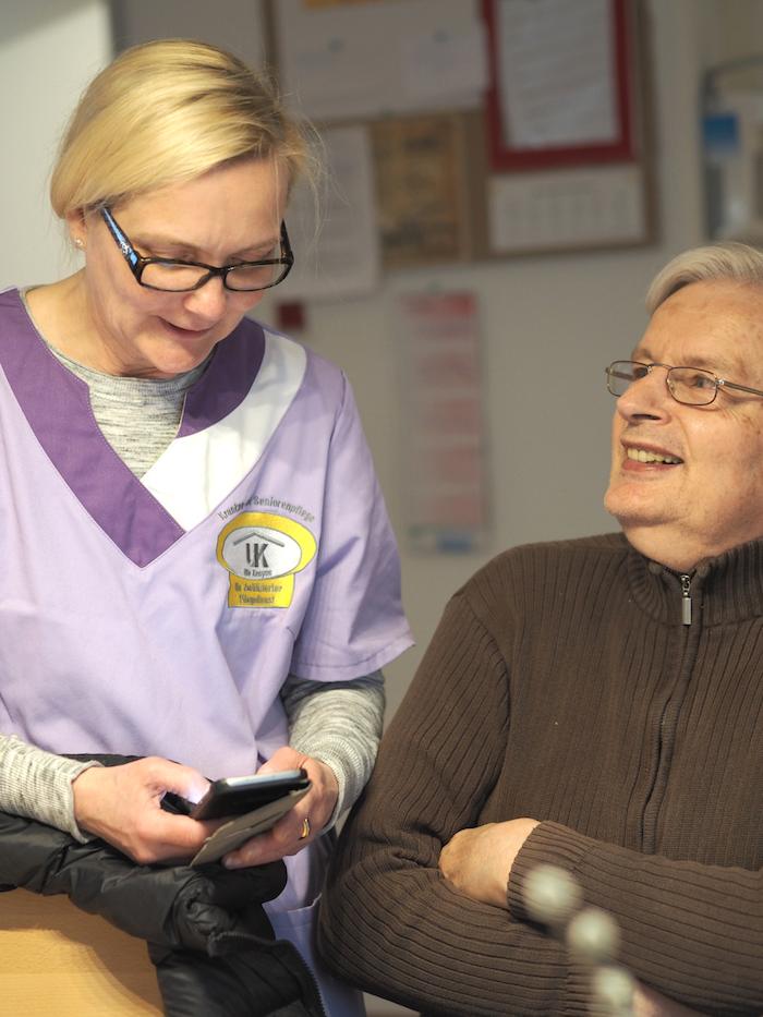 Peter, der Bewohner einer Demenz-WG in Dortmund zusammen mit einer Pflegerin