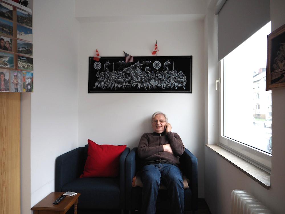 Demenz-WG-Bewohner Peter in seinem Zimmer
