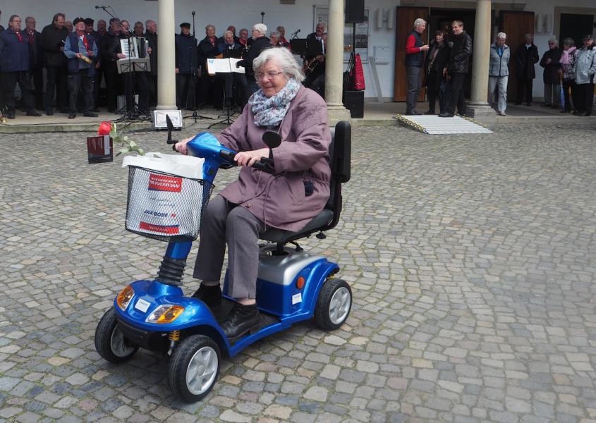 Seniorenmesse in Reinbek: Meine Oma testet das Elektromobil