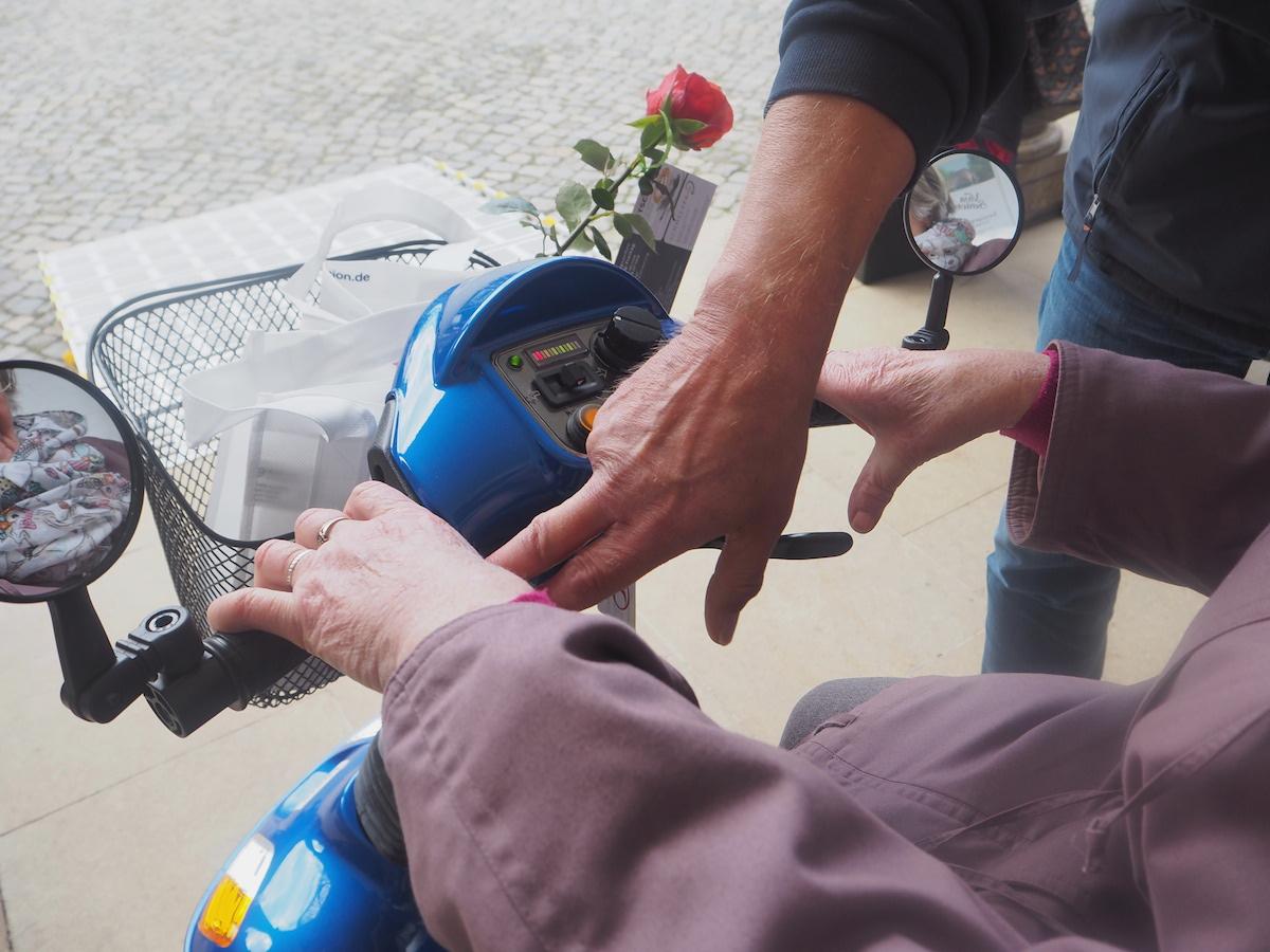 Kurze Einführung – und gleich düst Oma auf dem Elektromobil davon