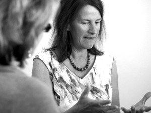 Professorin für Alters- und Pflegeheimmedizin Bettina Husebø im Gespräch mit einer Reiseteilnehmerin