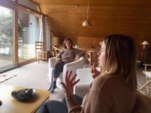 Zwei Frauen sitzen in einer Hütte im Schwarzwald und reden