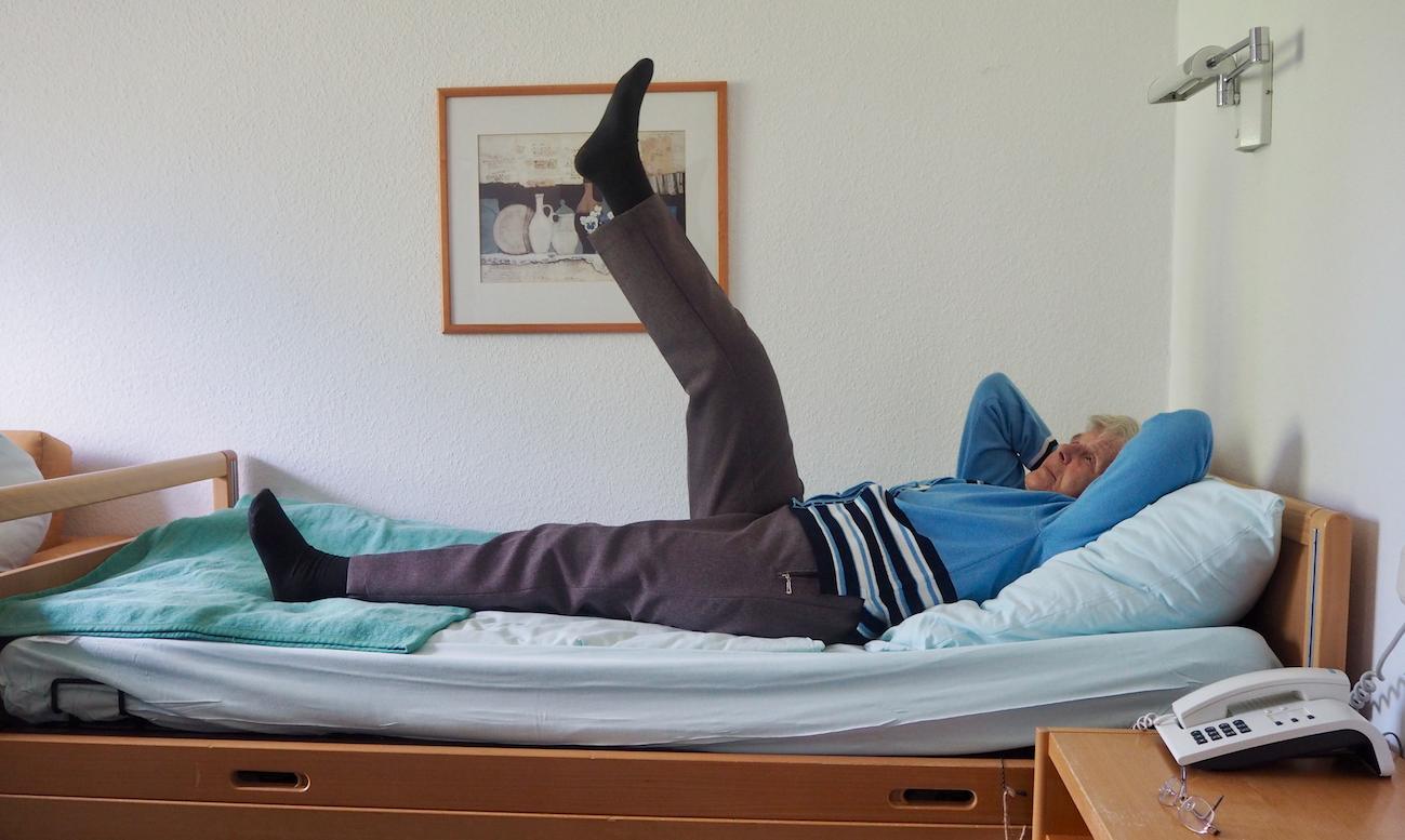 Dehn- und Streckübungen auf dem Pflegebett