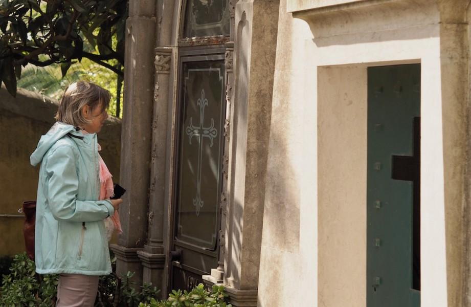 Eine Frau auf dem Evangelischen Friedhof Lissabon