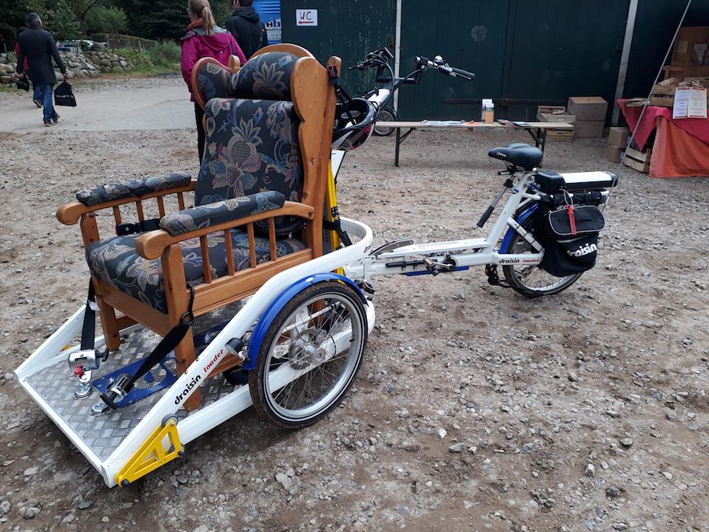 Ein Lehnensessel auf einem Rollstuhltransporter-Fahrrad