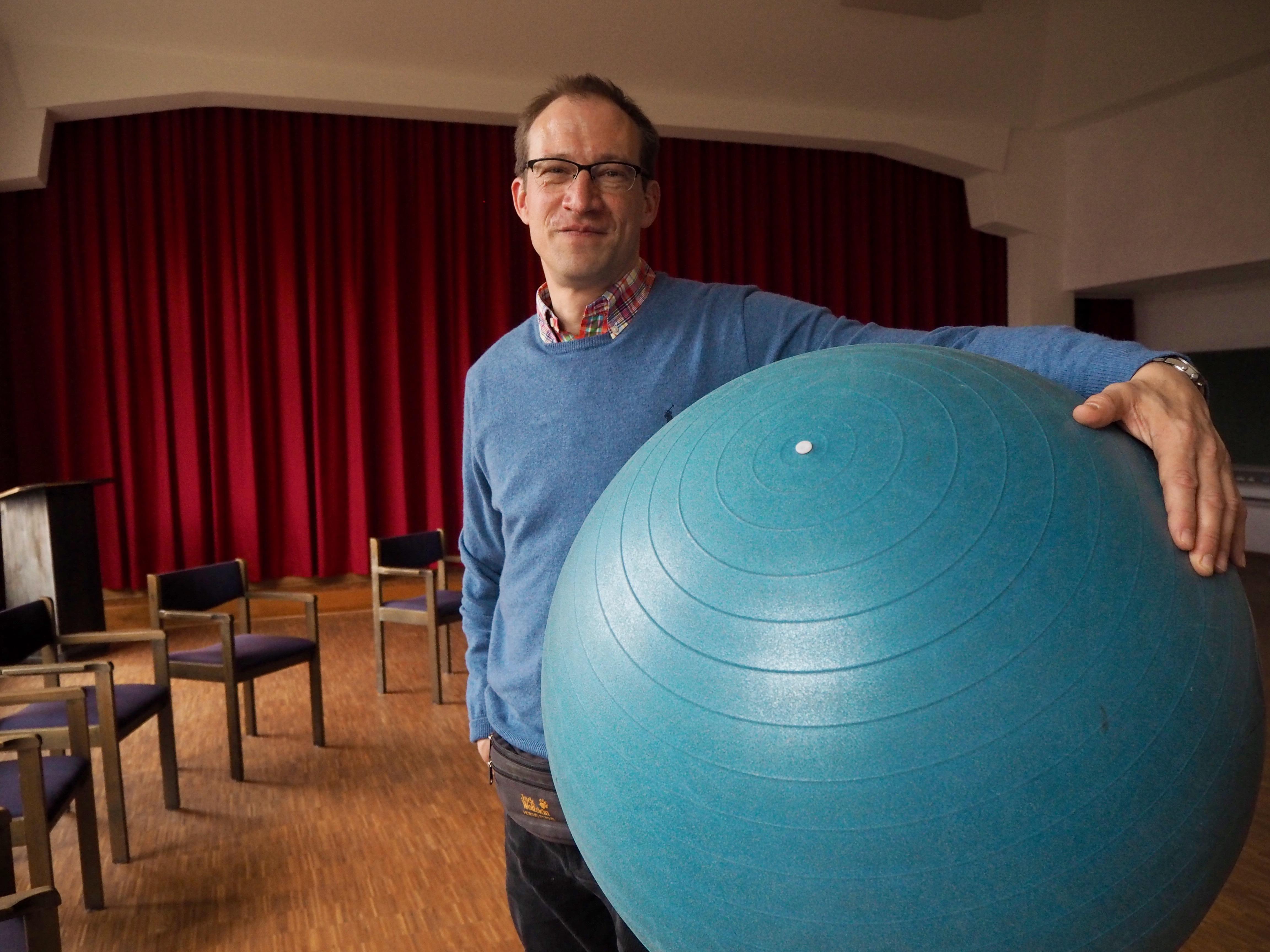 Betreuer im Pflegeheim mit Gymnastikball