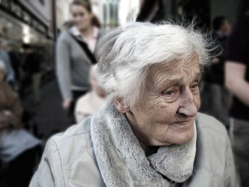 Alte Dame in grauem Mantel, hinter ihr eine junge Frau Notmuetterdienst_Betreut_Senioren_Foto_Gerd_Altmann
