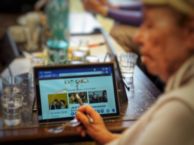 Senioren-Tablet zeigt Blog kati cares