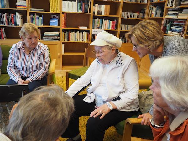 Senioren-Bloggerin Rose im Gespräch mit Teilnehmerinnen und einer Mitarbeiterin des Café PAUL