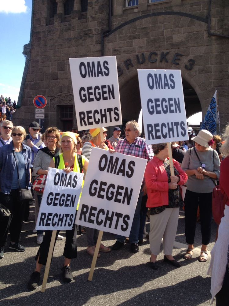 Engagement für eine demokratische, rechtstaatliche und bessere Welt – die Omas gegen Rechts in Hamburg (Foto: OMAS GEGEN RECHTS)